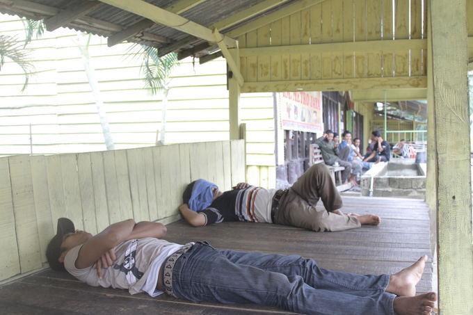 Evelinos ir Karolio nuotr./Taip mes miegojome didžiąją dalį laiko Indonezijoje - ant medinių gultų aalia vietinių vairuotojų.