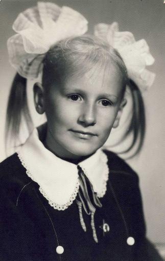 Asmeninio albumo / Žmonės.lt nuotr./Tokia penktokės Katažinos nuotrauka kabėjo mokyklos lentoje su prierašu Pirmūnė