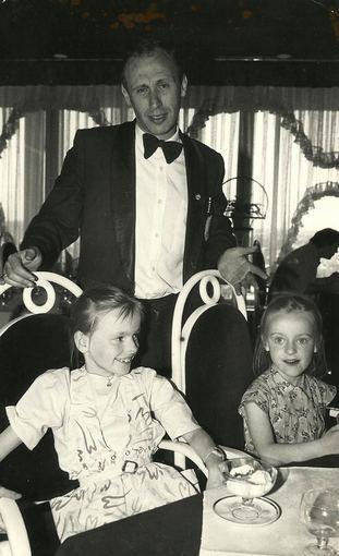 Asmeninio albumo / Žmonės.lt nuotr./Baiba Skurstenė (deainėje) vaikystėje su sese Laura