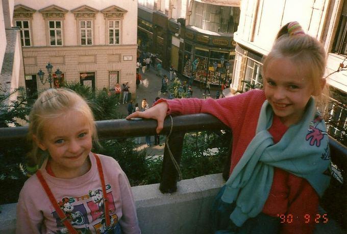 Asmeninio albumo / Žmonės.lt nuotr./Baiba Skurstėnė (kairėje) vaikystėje su sese Laura