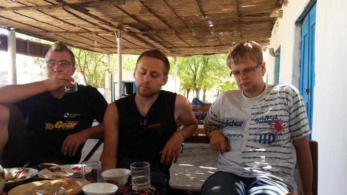 Keliautojų nuotr./Mongol Rally dienoraatis. Nesėkmingos dyzelino paieakos atsispindi keliautojų veiduose