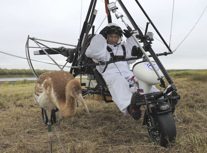 Scanpix nuotr./Vladimiras Putinas skrido su gervėmis