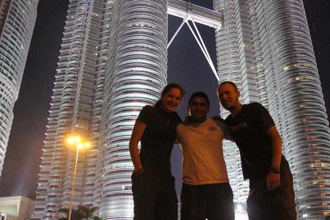 Evelinos ir Karolio nuotr./Su kaučsurferiu prie įžymiųjų Malaizijos bokatų