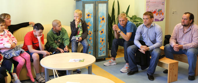 Organizatorių nuotr./Aleksandras Kazakevičius aplankė vėžiu sergančius vaikus