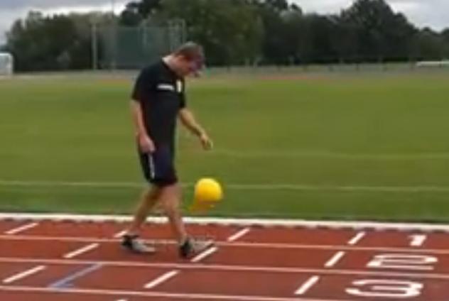 Siekdamas naujo pasaulio rekordo Mattas Wolstenholme'as nužingsniavo 50 lengvosios atletikos stadiono ratų.