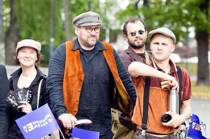 Irmanto Gelūno/15min.lt nuotr./Naują sezoną Keistuolių teatras pristatė žygiu su dviračiais.