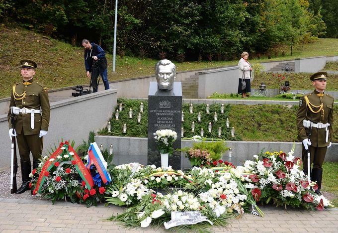 Luko Balandžio nuotr./ A.M.Brazausko kapas Antakalnio kapinėse