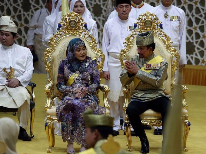 Scanpix nuotr./Brunėjaus sultonas Hassanalas Bolkiahas ir karalienė Saleha