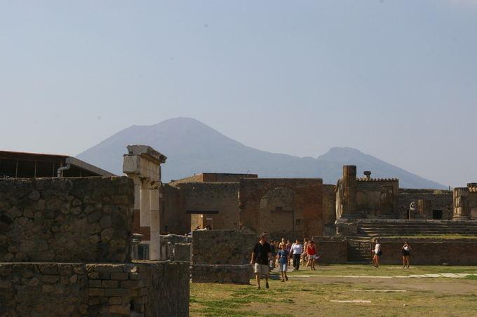 Medeinos Čijauskaitės nuotr./Vezuvijus Pompėjos griuvėsių fone