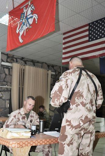 Jurgio Norvaišos nuotraukos/Kariai balsuoja iš misijos Afganistane