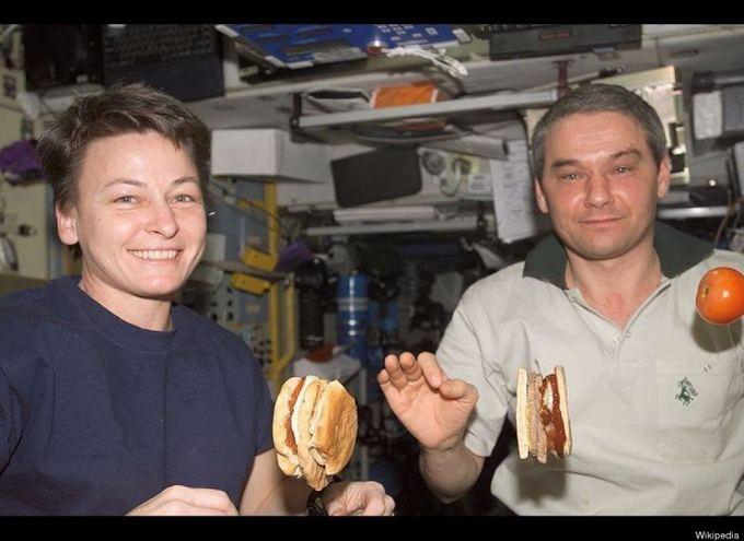 wikipedia.org nuotr./Kosmose sumuatinį galima pasidėti tiesiog ore.