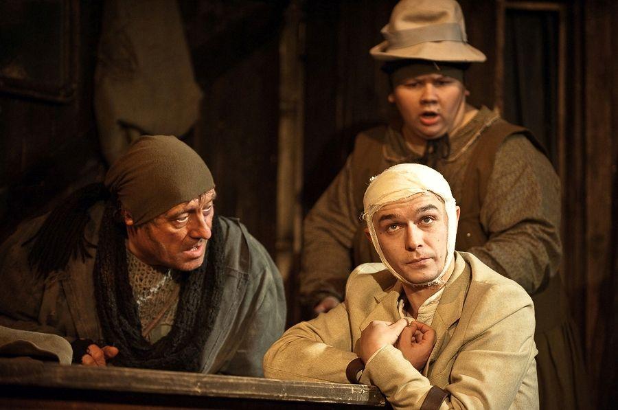 """Rusijos nacionaline teatro premija """"Auksinė kaukė"""" apdovanotas spektaklis """"Luošys iš Ainišmano"""" bus rodomas klaipėdiečiams."""