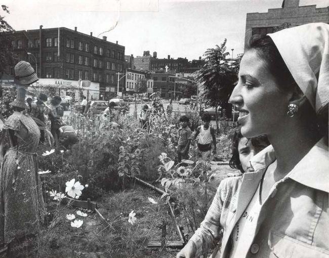 1975 m. Aktyvistė Liz Christie viename ia pirmųjų savo partizaninių sodų.