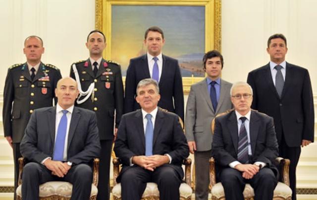 Lietuvos ambasadorius Turkijoje Kęstutis Kudzmanas (sėdi pirmas iš kairės) su Turkijos prezidentu Abdullah Gülu (sėdi viduryje)