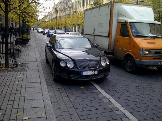 GAZAS.LT skaitytojo nuotr./Bentley vairuotojui dviračių takai nesvarbūs