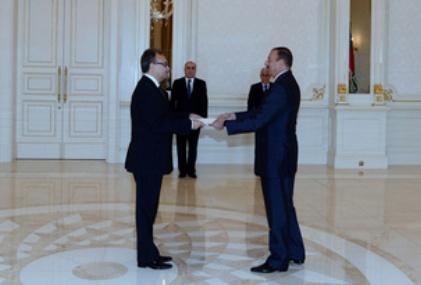 A. Žurauskas įteikia skiriamuosius raštus prezidentui