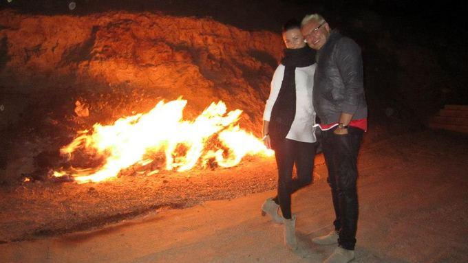 Asmeninio archyvo nuotr./Egmontas Bžeskas ir Reda Gikytė aildosi Azerbaidžano amžina ugnimi