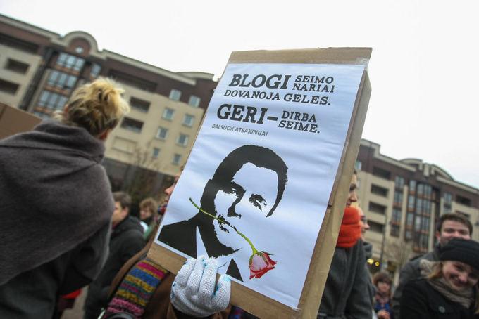 Į mitingą prie Seimo susirinkę studentai skundėsi žlugdoma demokratija