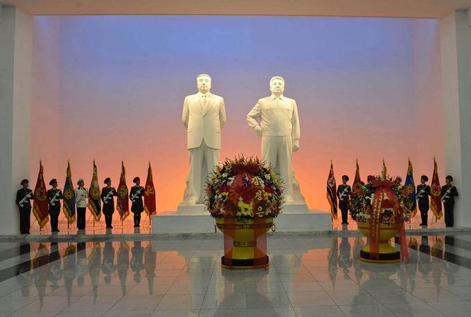 AFP/Scanpix nuotr./Mirusių `iaurės Korėjos lyderių statulos