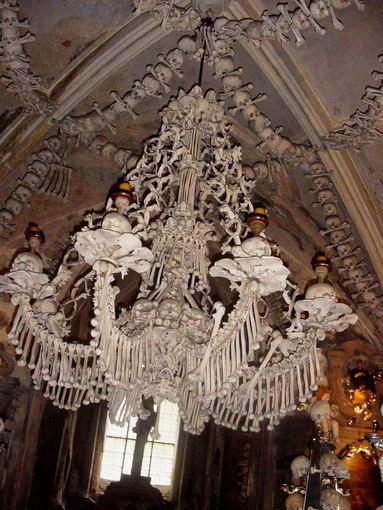 wikimedia.org nuotr./Sedleco kaulų bažnyčioje kabo didžiulis ia tikrų žmogaus kaulų padarytas sietynas