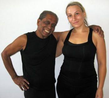Asmeninio archyvo nuotr./Aštangos jogos instruktorė Rūta Čypienė su Manju Pattabhi Jois