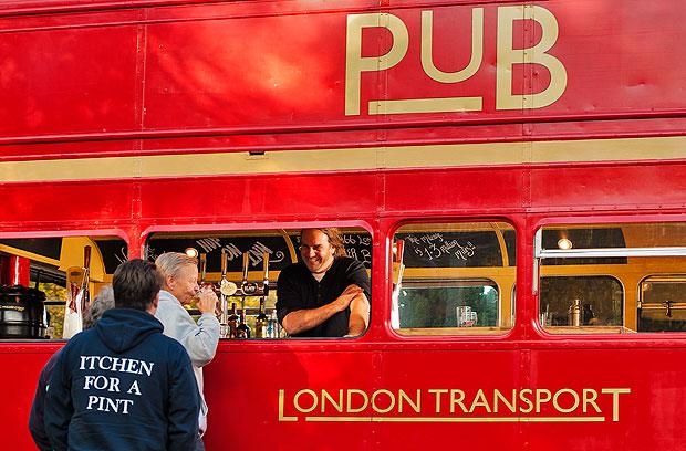 Robert Nemesi nuotr./Britas seną autobusą pavertė baru