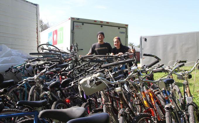 Evelinos ir Karolio nuotr./Padėjome iakrauti dviračius.