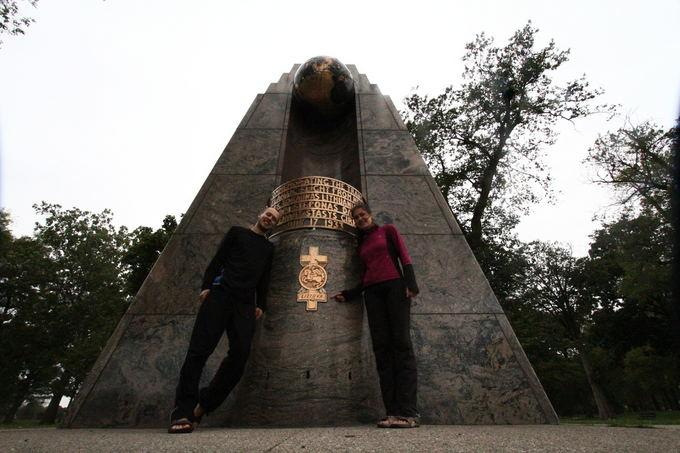 Evelinos ir Karolio nuotr./Prie Dariaus ir Girėno paminklo Market Parko parke