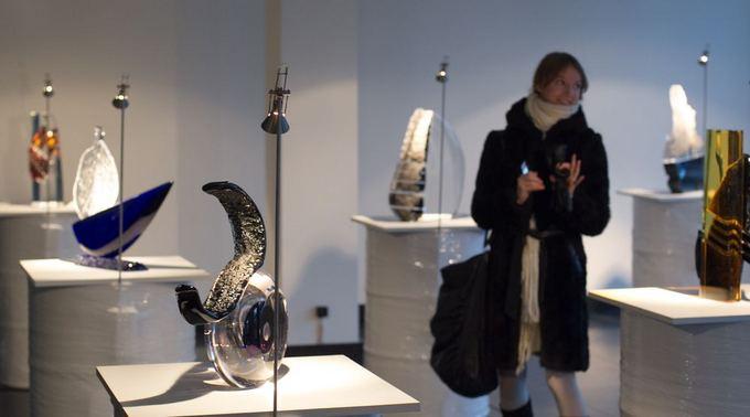 Irmanto Gelūno/15min.lt nuotr./Remigijus Kriukas ir Indrė Stulgaitė-Kriukienė Vilniuje pristato meninio stiklo kūrinių parodą.