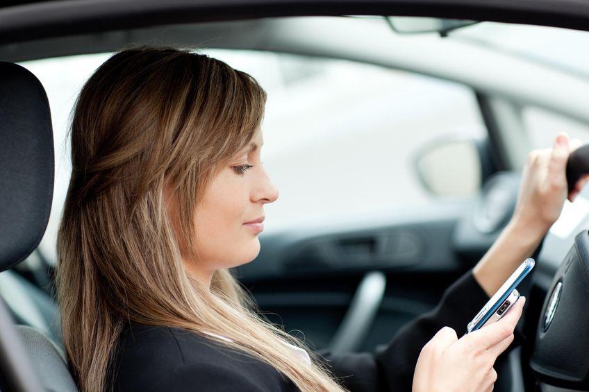 Vairuotoja rašo žinutę