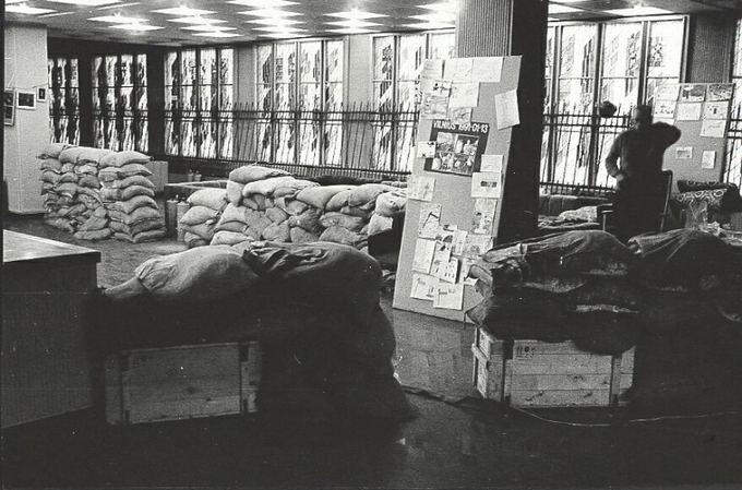 Kraato apsaugos ministerijos archyvo nuotr./Aukačiausiosios tarybos gynėjai suprato: jei sovietų kariuomenė puls, jie gyvi nebeiaeis.