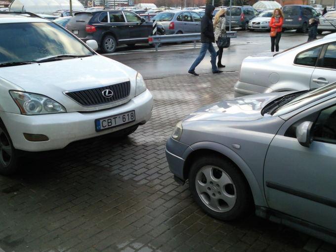 15min.lt skaitytojo nuotr./Lexus RX visureigis užstatė kitą automobilį