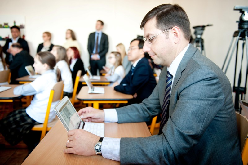 Ministras Gintaras Steponavičius išbandė išmaniosios klasės technologijas