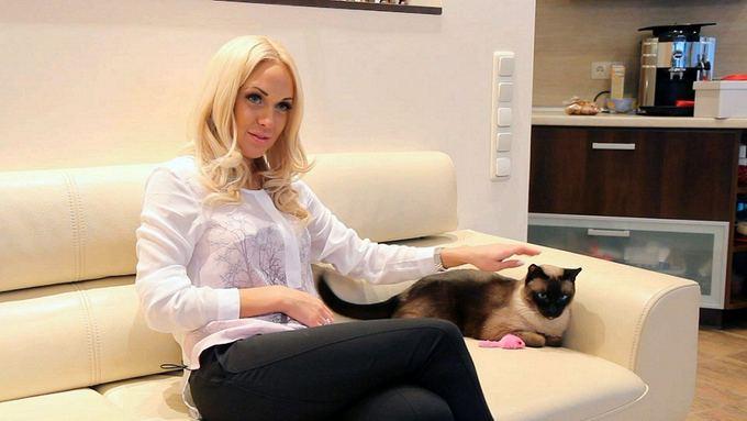 TV3 nuotr./Oksana Pikul su katinu Bondu