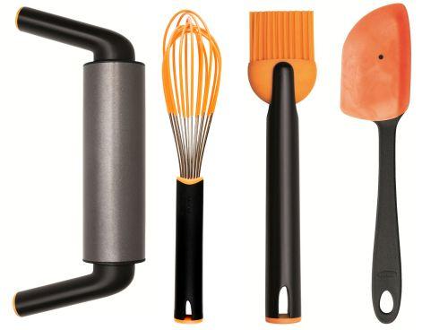 FISKARS Functional Form virtuvės reikmenys  nelimpantis kočėlas, plaktuvas, silikoninis aepetėlis ir grandiklis tealai.