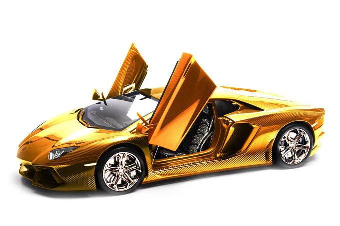 Gamintojo nuotr./Auksu, platina ir deimantais papuoatas Lamborghini Aventador modeliukas