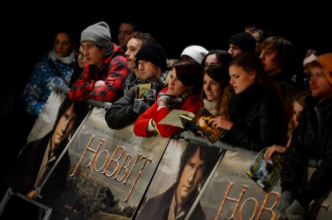 AFP/Scanpix nuotr./Žmonės laukia ant raudono kilimo pasirodančių aktorių