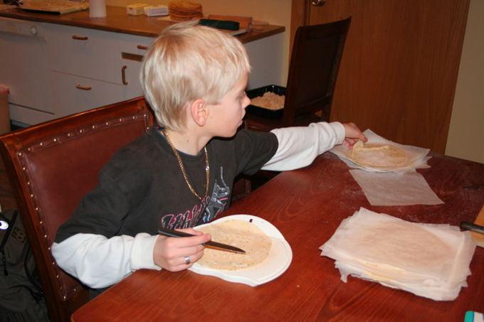 Wikimedia.org nuotr./Lakatinės duonos gaminimas