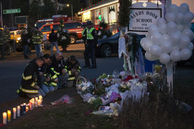 Reuters/Scanpix nuotr./`imtai amerikiečių pagerbė per susiaaudymą mokykloje žuvusių žmonių atminimą