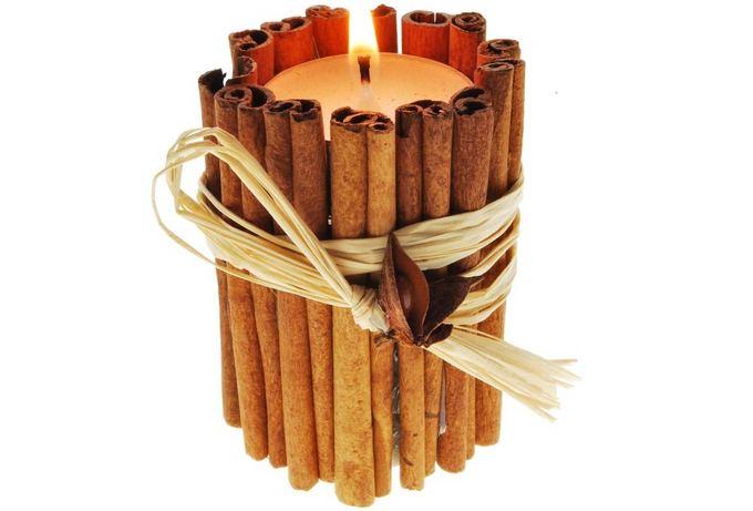 Fotolia nuotr./Cinamono lazdelėmis dekoruota žvakė