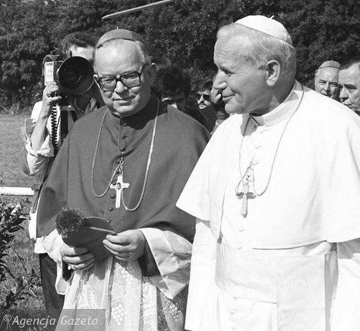 Agencja Gazeta nuotr./Popiežius Jonas Paulius II (deainėje) H.Gulbinowicziaus vis klausdavo, kaip laikosi Lietuva
