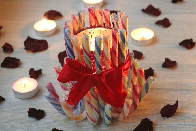 Rūtos Plonytės nuotr./Saldainiais dekoruota žvakidė