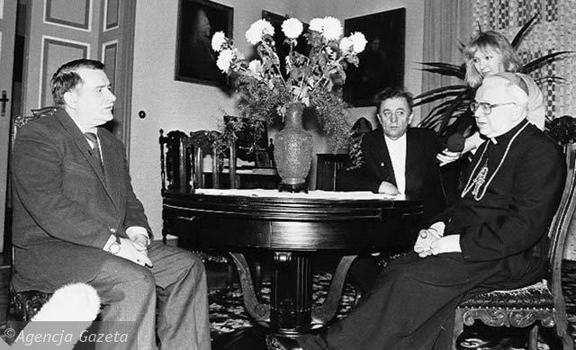 Agencja Gazeta nuotr./Solidarnosc lyderis Lechas Walęsa (kairėje) amžinai dėkingas H.Gulbinowicziui už iasaugotus profsąjungos milijonus