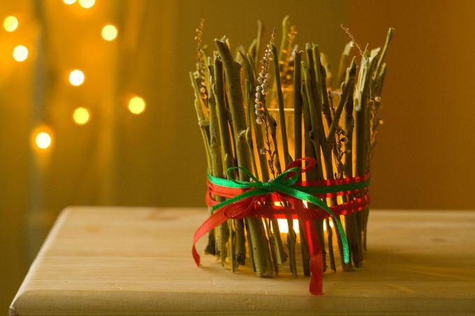 Rūtos Plonytės nuotr./Vytelėmis dekoruota žvakidė