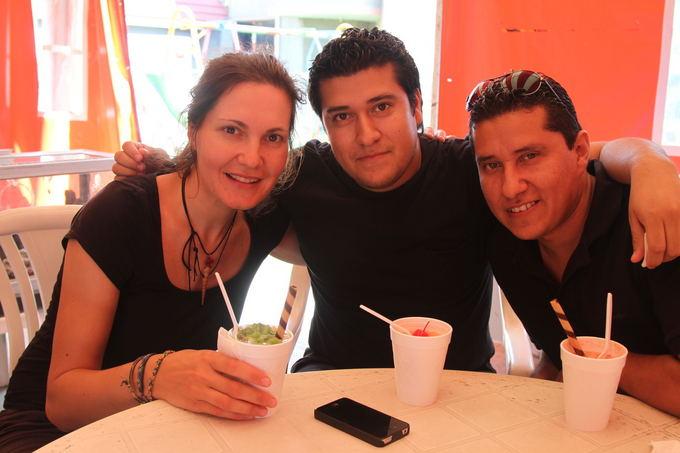 Evelinos ir Karolio nuotr./Su mūsų aeimininkais Ivanu ir Džerartu. Koučserfingas (www.couchsurfing.com) - puiki galimybė susipažinti su vietiniais žmonėmis