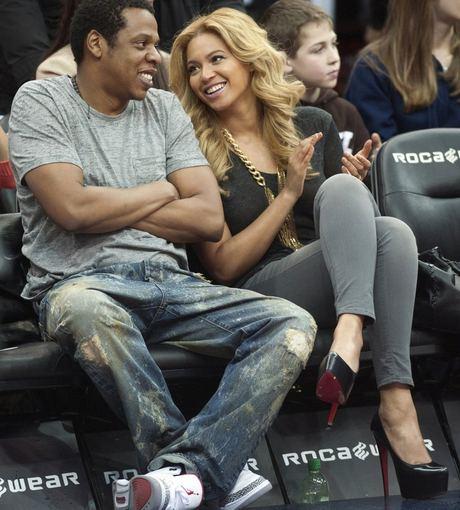 Reuters/Scanpix nuotr./Muzikos ikona Beyonce nesiskiria su savo ,,Louboutinais net stebėdama krepainio rungtynes su sutuoktiniu Jay Z.