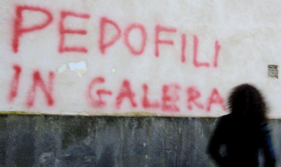 Pedofilai smerkiami grafiti užrašuose.