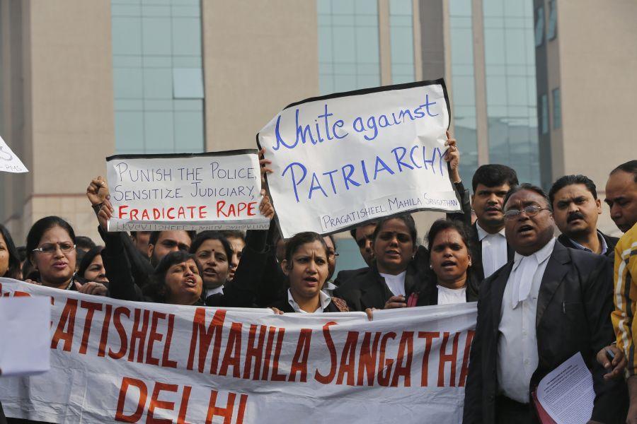 Prieš žiaurų nusikaltimą atlikusią gaują prie teismo rūmų protestuoja ir teisininkai.