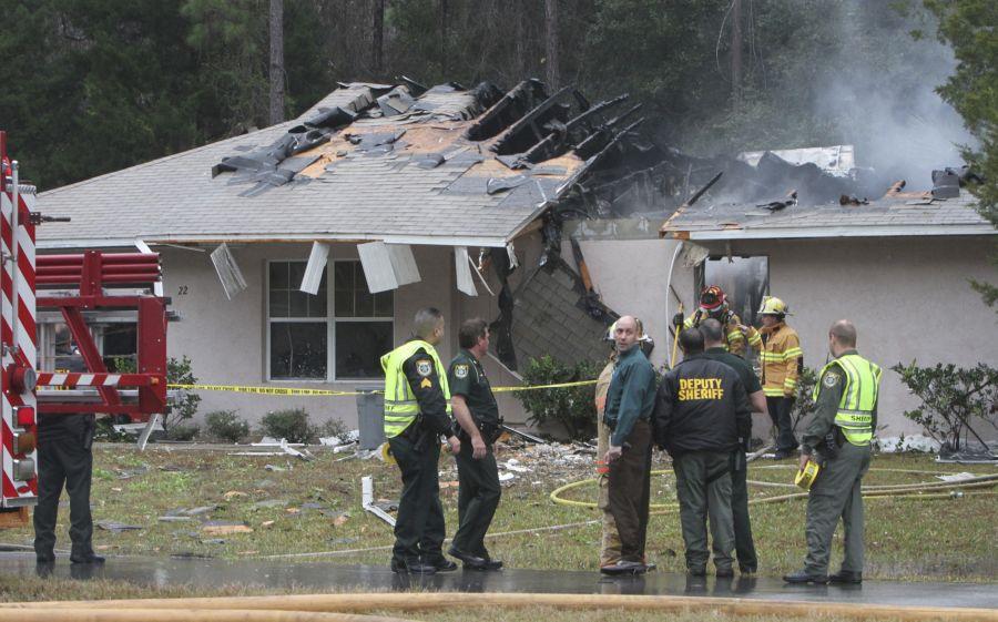 Floridoje lėktuvas nukrito tiesiai ant namo.