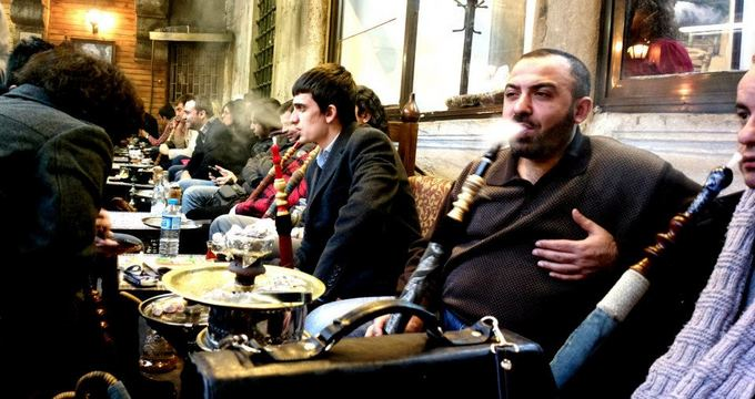 Be sienų nuotr./Prie kaljano prasėdima valandų valandas ir tabako skonis ialieka gaivus ir geras